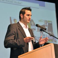 Fundraising Experte Nicolas Reis hält einen Workshop